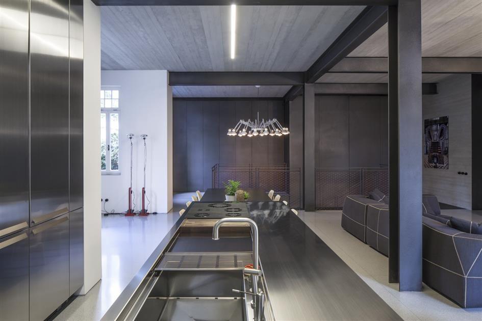 Edelstahl Küche mit Betondecke und Stahlträgern