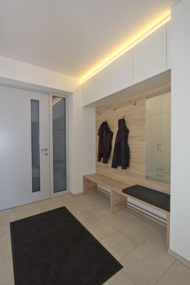 Vorraum Design Weiss Und Holz Modern Sitzbank Diele Garderobe Garderoben Eingangsbereich Vorraum Garderobe Mit Sitzbank