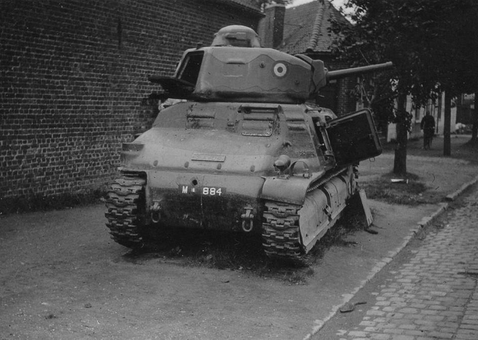 MILITAIRES ET BLINDES SOMUA S 35 FRANCE 1940