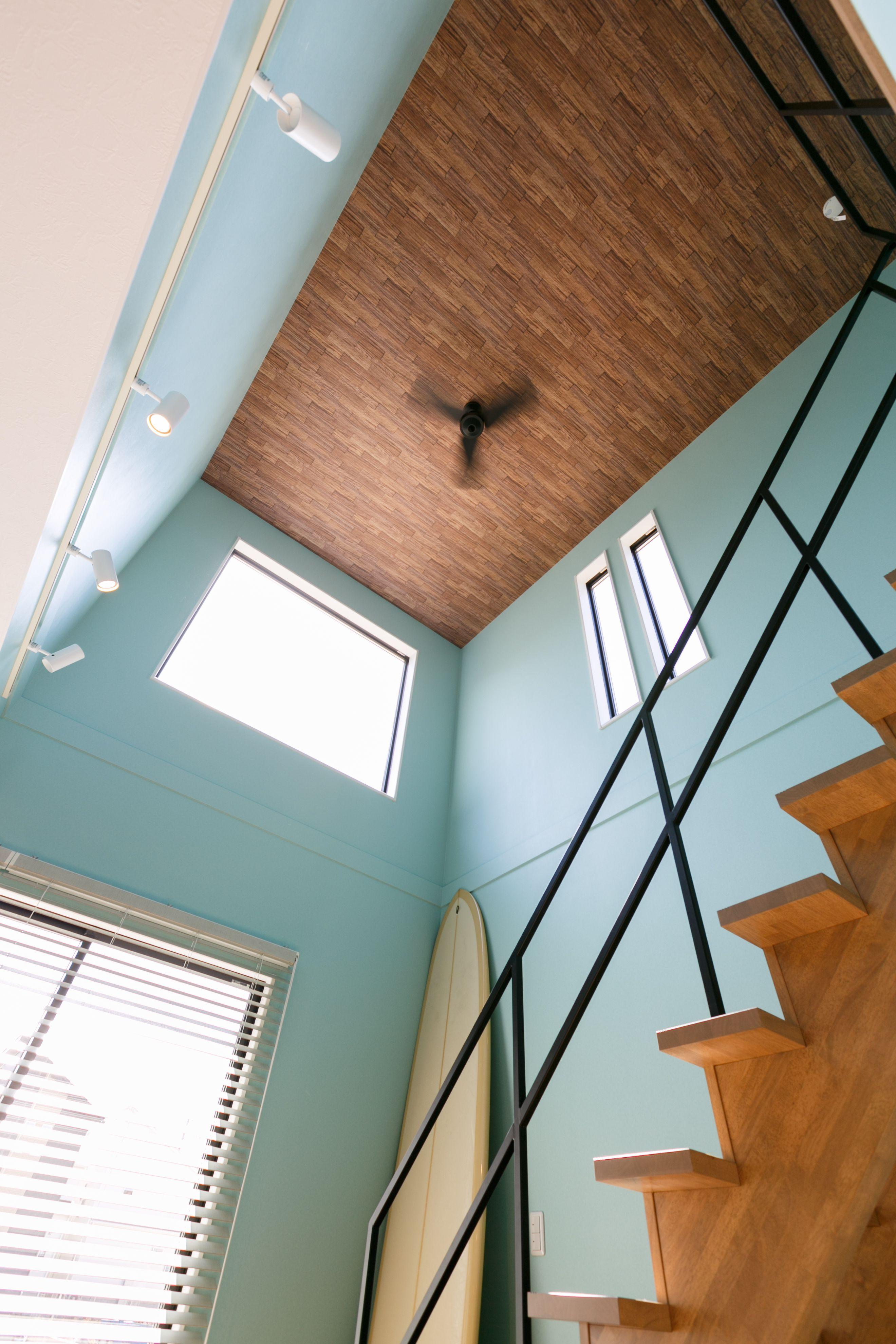 天井を木目アクセントクロスで存在感ある吹き抜け 天井照明 天井 家