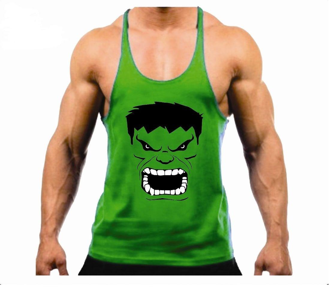 54759c06a9fa3 A Camiseta Regata Super Cavada Musculação Hulk Modelo Masculino - Cor Verde  - 20% Off é produzida em malha fria (67% poliéster e 33% viscose).