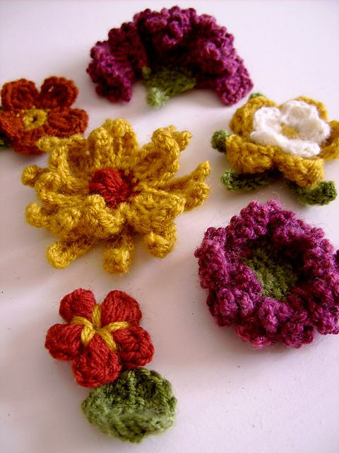 Set of small crocheted flowers pattern by CasaDiAries | Apliques