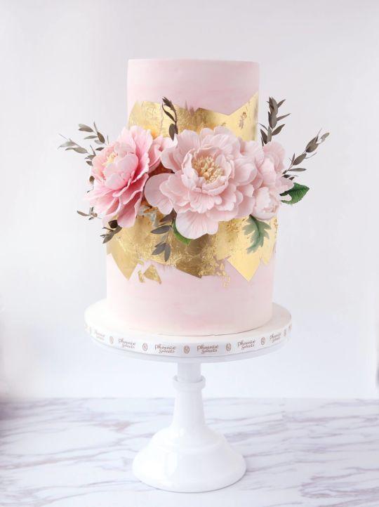 Bolo dos noivos cor -de-rosa com peónias de açúcar e folha de ouro
