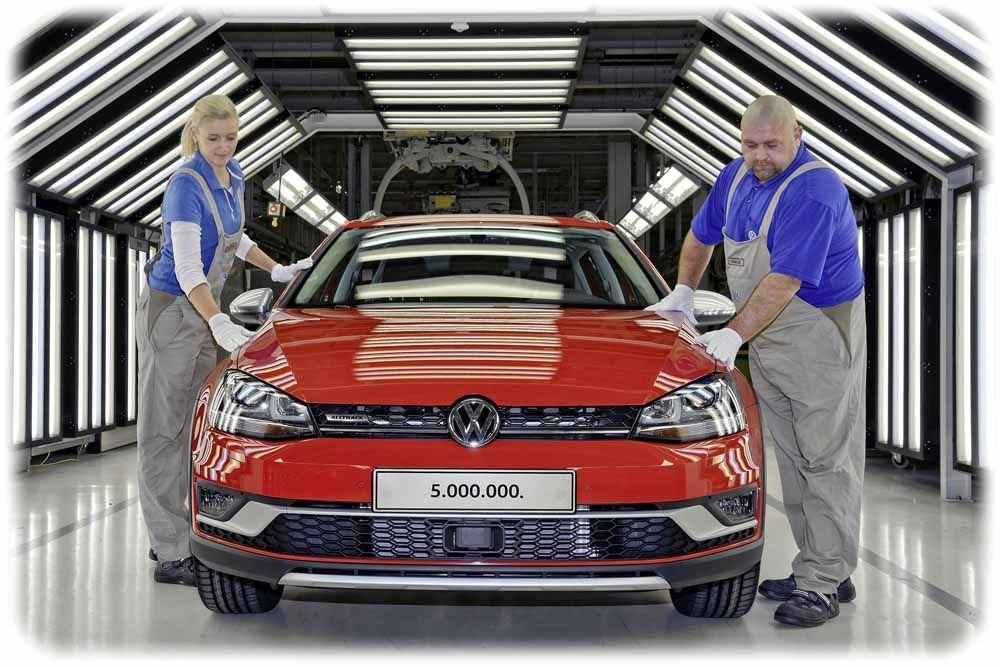 Susann Hirschberg und Marcel Kowallik bei der Entkontrolle am 5.000.000sten Volkswagen aus Sachsen im Werk Zwickau. Foto: Volkswagen