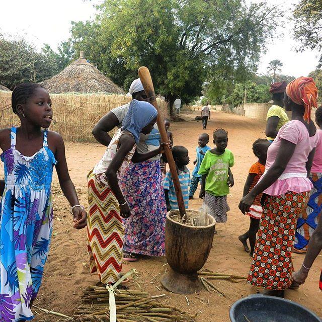 Machachando las semillas para preparar el cuscus en #Senegal a pie de carretera