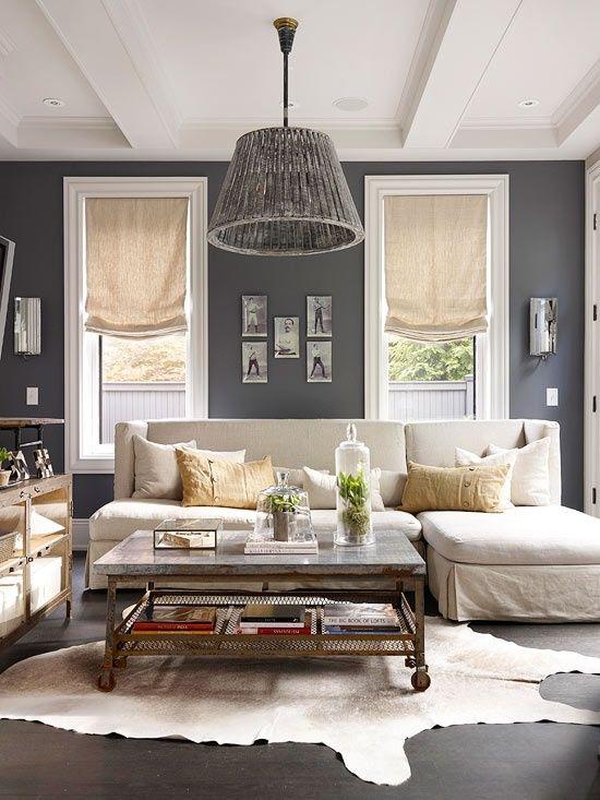 Salón en blanco y gris Alfombra de piel de animal abierta Paredes