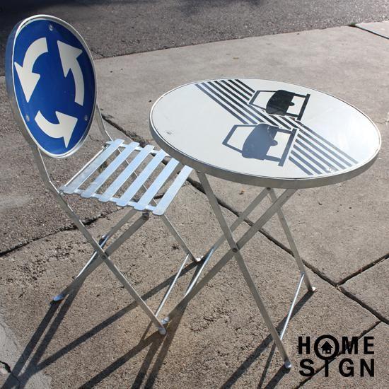 Straatmeubelen, terrastafel en terrasstoel van oude verkeersborden.