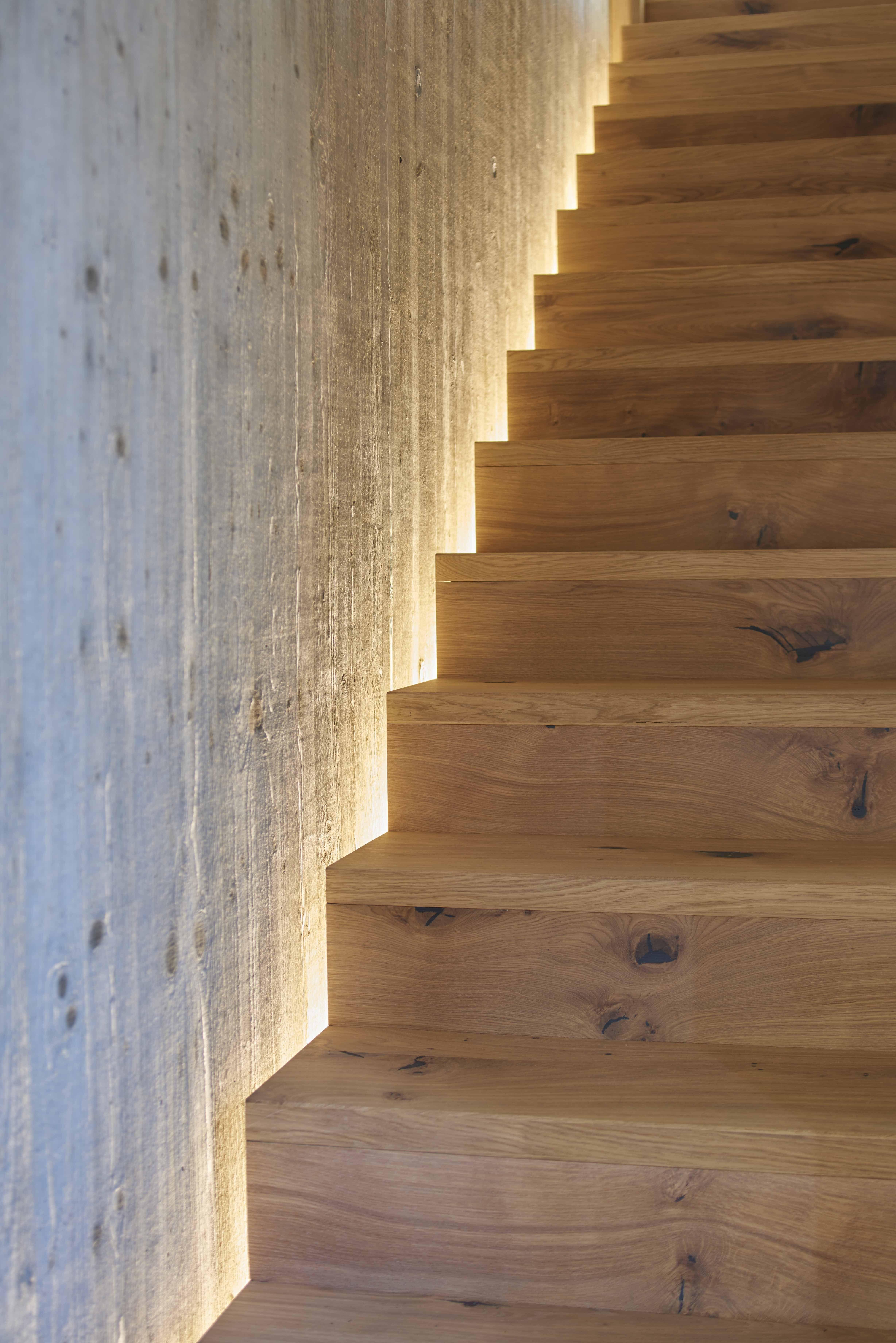 Holztreppe Mit Beleuchtung Aus Der Nische Holztreppe Treppenhaus Beleuchtung Treppe