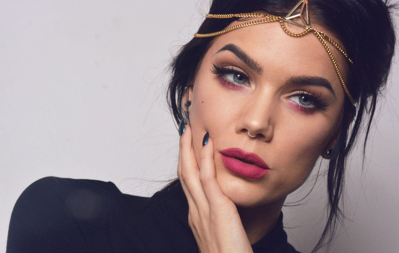 Make-Up: A pop of pink eyeshadow paired with Kat von D beauty everlasting liquid lipstick Bauhau5