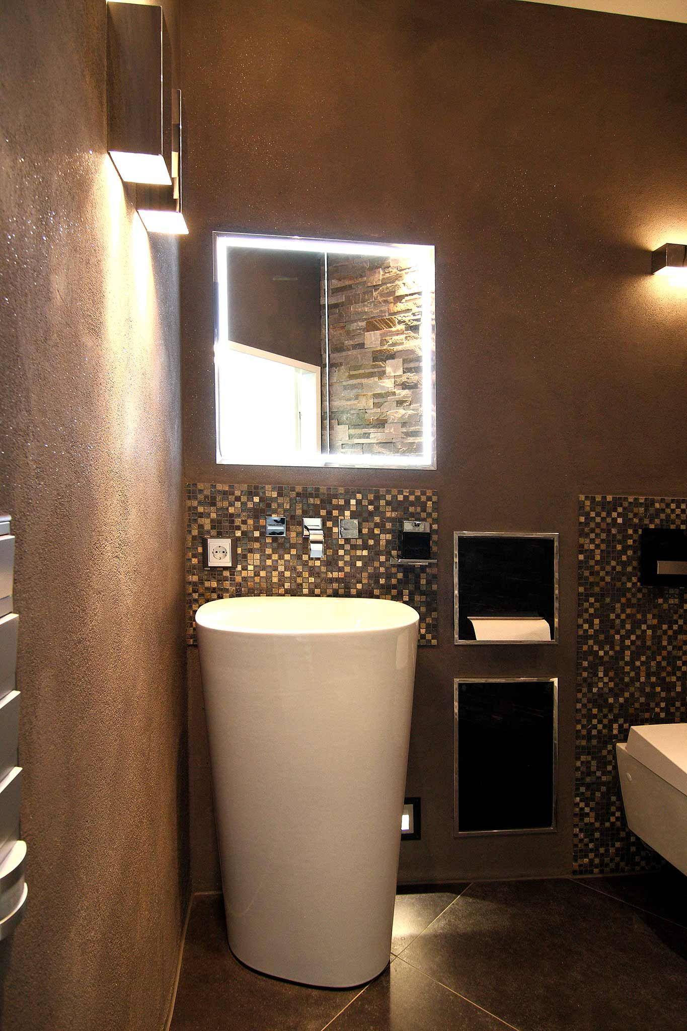 Elegant Mosaikfliesen geben sch ne Akzente in diesem G ste WC Waschbecken WC und der Spiegel