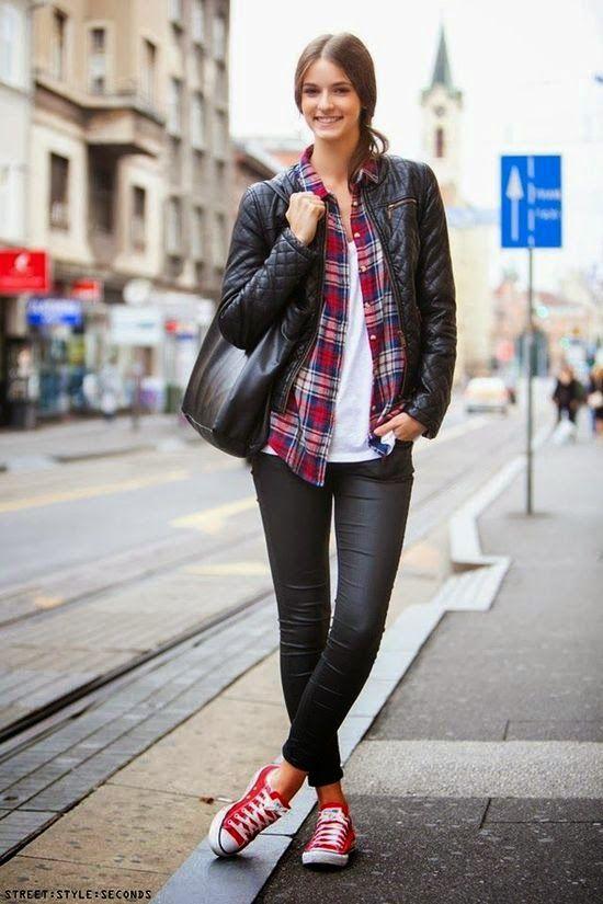 bdc60c4d6 Roupas da moda jaqueta de couro com camisa xadrez feminina e tênis ...