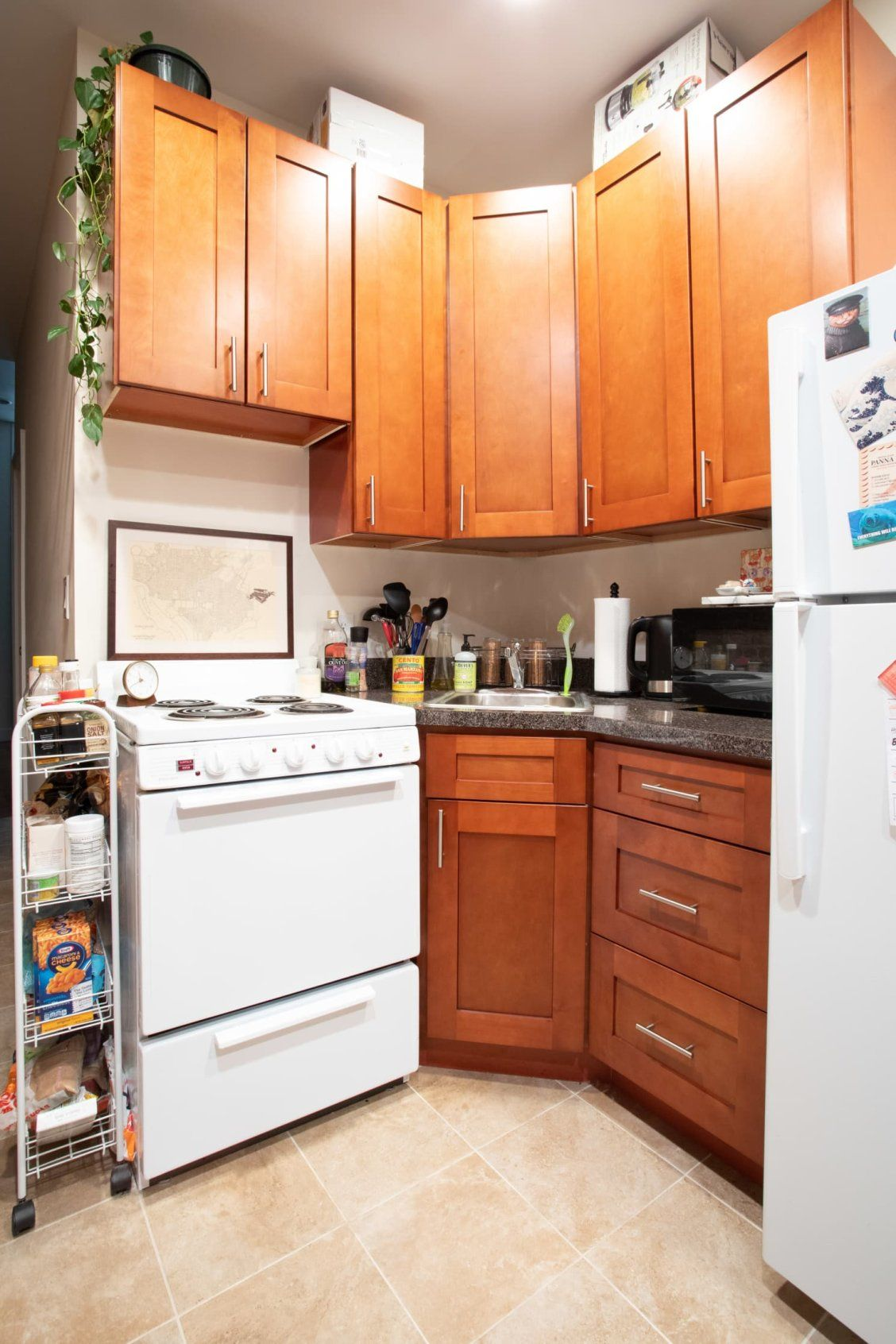 Roommates Decorated This Apartment With Lots Of Craigslist And Facebook Marketplace Scores House Tours From Apartment Therapy Cosy Kitchen Home Decor Wall