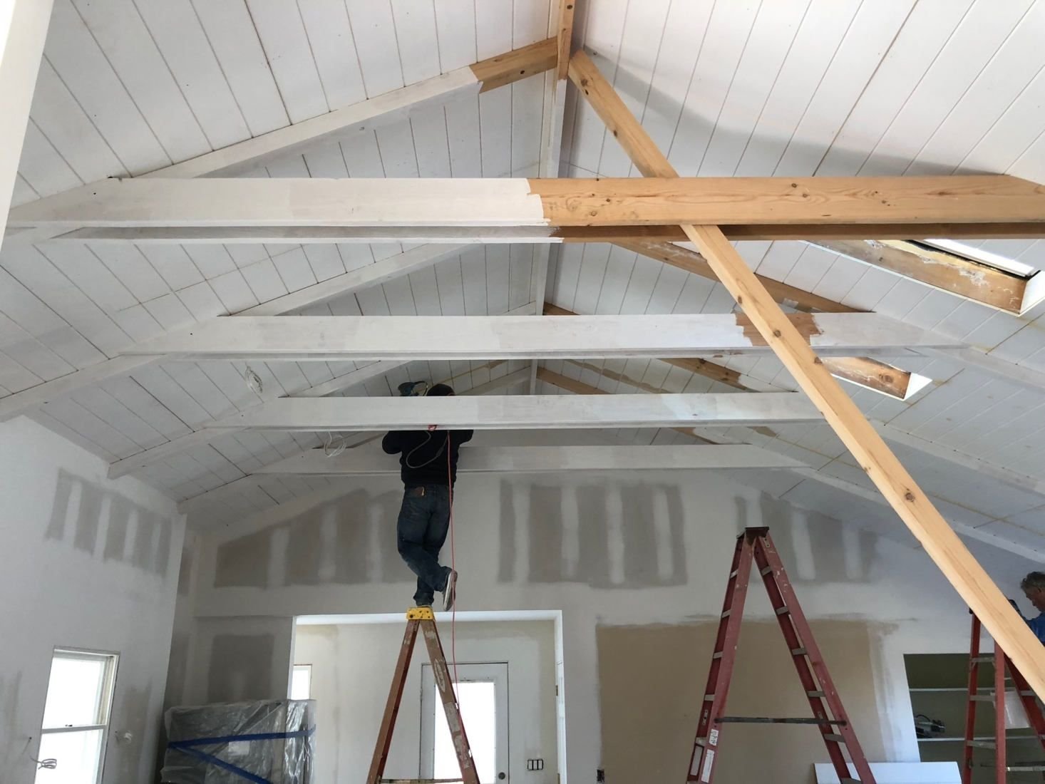 Vintage Summer A Seventies Style Shoppable Airbnb In Montauk Remodelista White Beams Ceiling Vaulted Ceiling Beams Exposed Ceilings