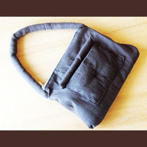 小さな座布団をお尻にひいたりバッグにしたり。ぷっくりした表情がポイント。コットン100%で内側に2重のポケットがあります。内側ポケットにはリバティ生地を使用し...|ハンドメイド、手作り、手仕事品の通販・販売・購入ならCreema。