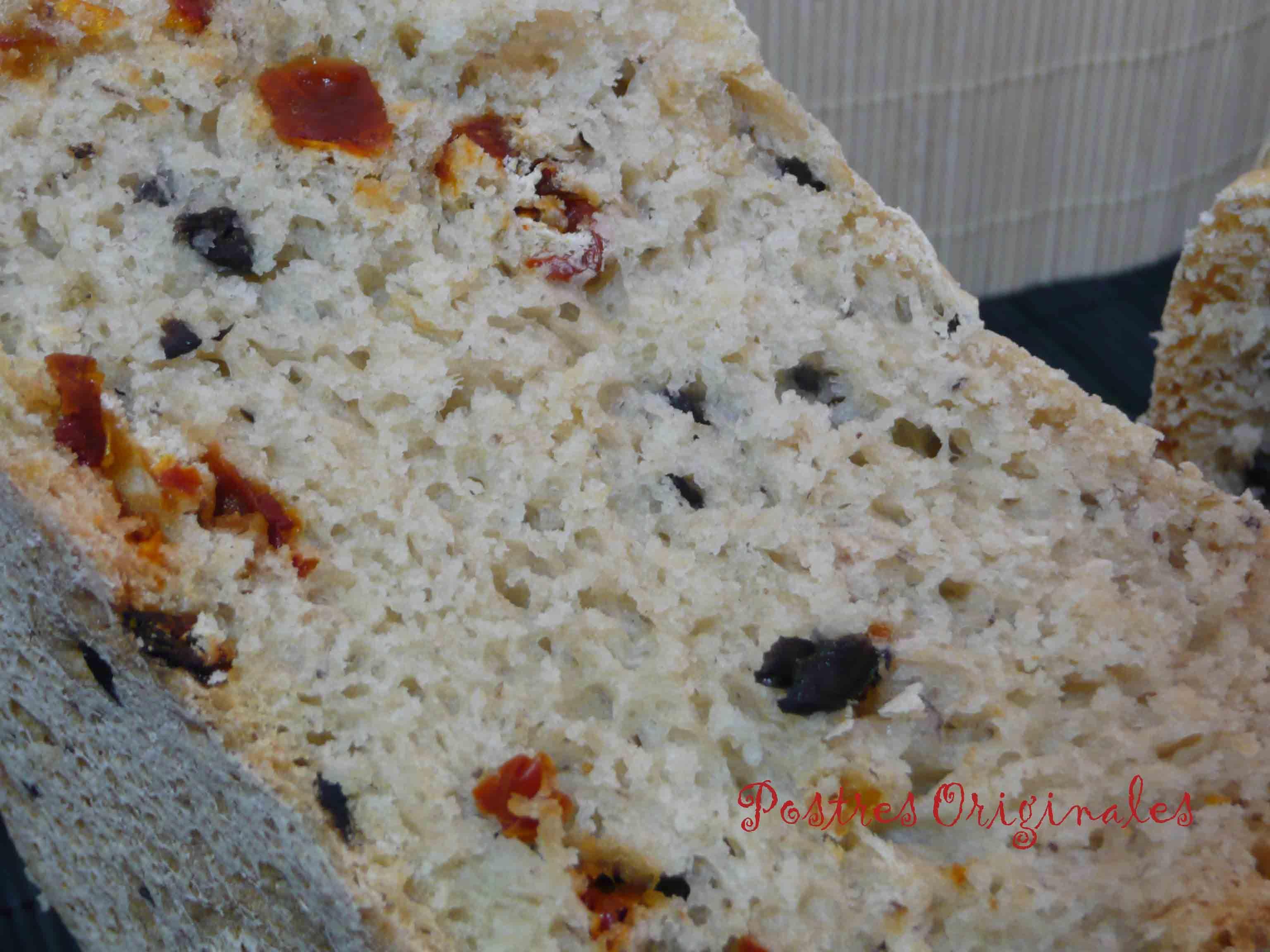 Pan mediterráneo con aceitunas negras, tomates secos y orégano