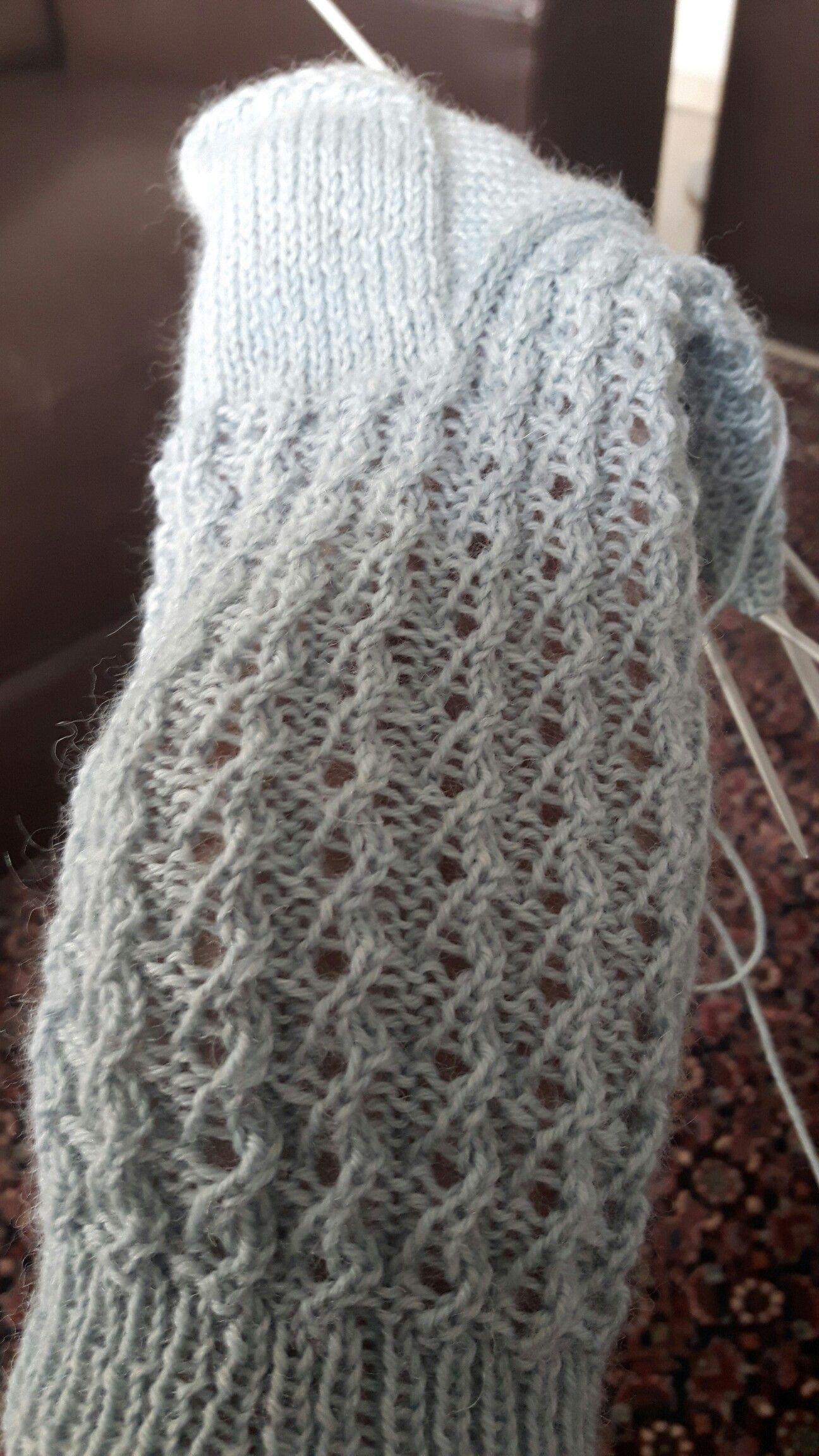 Ein Ganz Einfaches Muster 1 2re 2li 2 2re Zusammen 2 Links 3 1re 1 Umschla In 2020 Lace Knitting Knitting Inspiration Sock Knitting Patterns