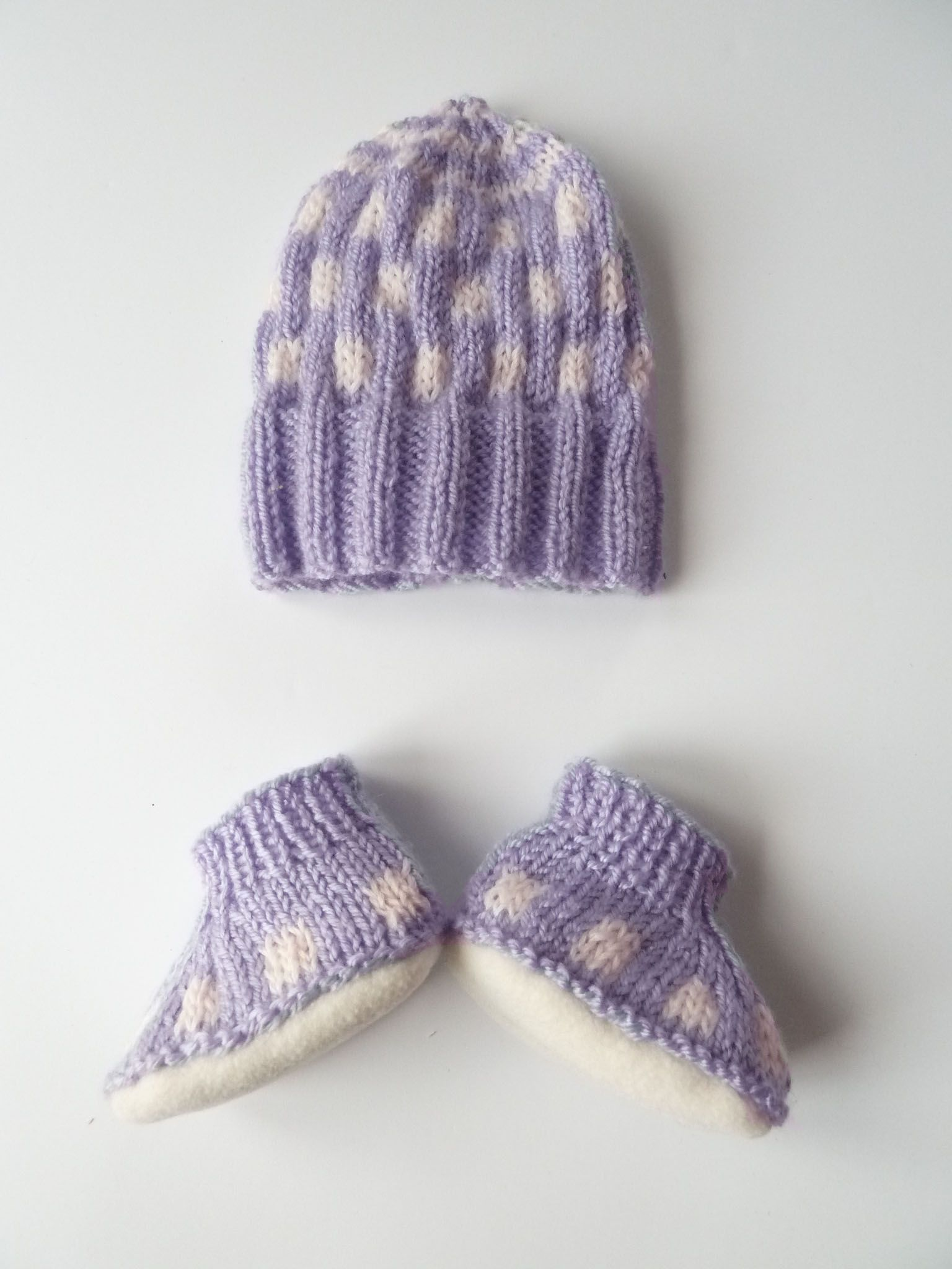 25 Lila est un ensemble Bonnet   Chaussons en tricot à porter idéalement  en hivers et automne. De couleur violet, ses petits chaussons sont équipés  de ... 758af38241b