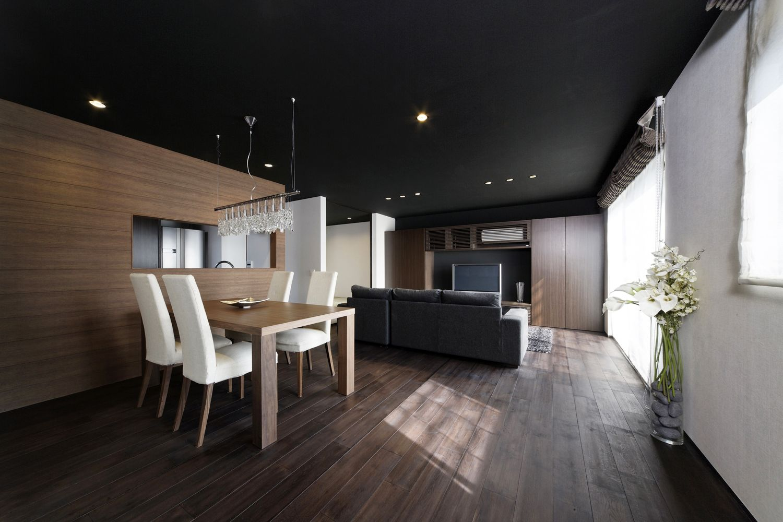 この写真 天井を黒と焦げ茶の木カラーが シックでラグジュアリーな