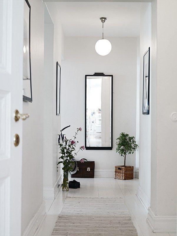 Vivienda n rdica de segunda mano con espacio y car cter for Espejos decorativos para pasillos