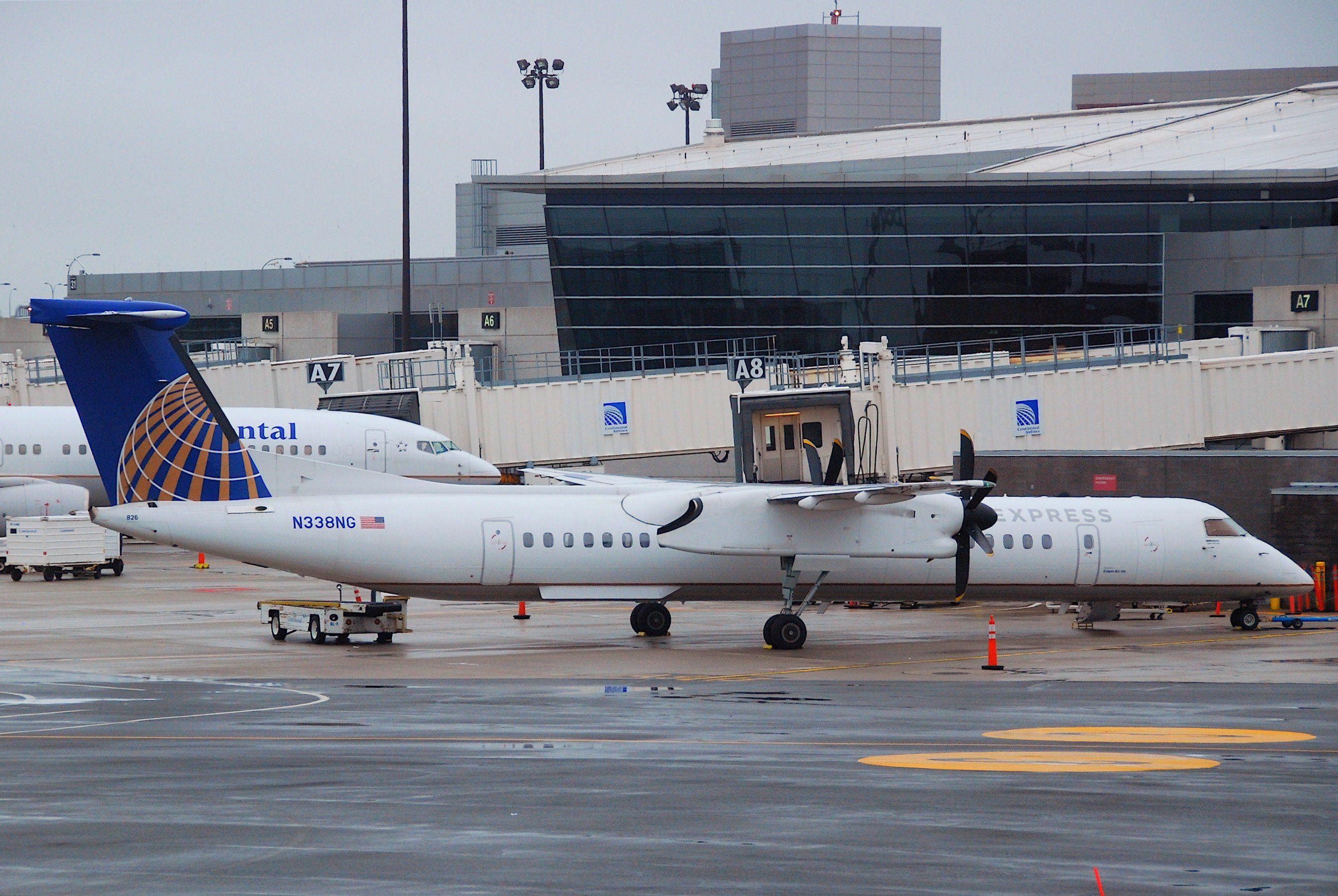 United_Express_DHC8400_Dash_8Q;_N338NGBOS;12.10.2011