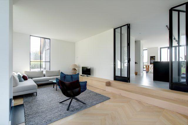 Modern Woonkamer Design : Moderne woonkamer met houten visgraat vloer woonkamer ideeën