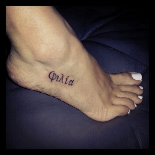 tattoo grec greek philia amiti friendship pied feet. Black Bedroom Furniture Sets. Home Design Ideas