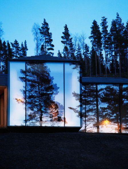 """Esta cabaña de los arquitectos Atelier Oslo se encuentra en Norderhov, Noruega. """"La cabaña se encuentra en los bosques Krokskogen, a las afueras de la ciudad de Hønefoss."""