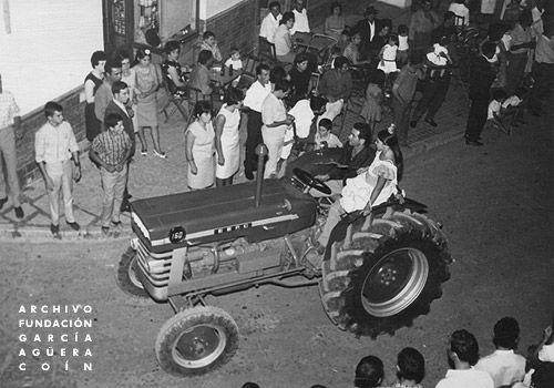 1967 Coín Feria Agosto Reina De Las Fiestas Cabalgata Por Las Calles De Coín Al Inic Archivo Fotografico Tractor Fotografos