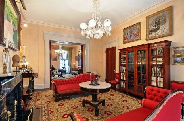 Wohnzimmer Viktorianischen Stil Rot Chaiselongue Marmor Kamin