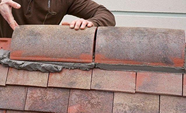 Installer un faîtage scellé sur un toit de tuiles Father