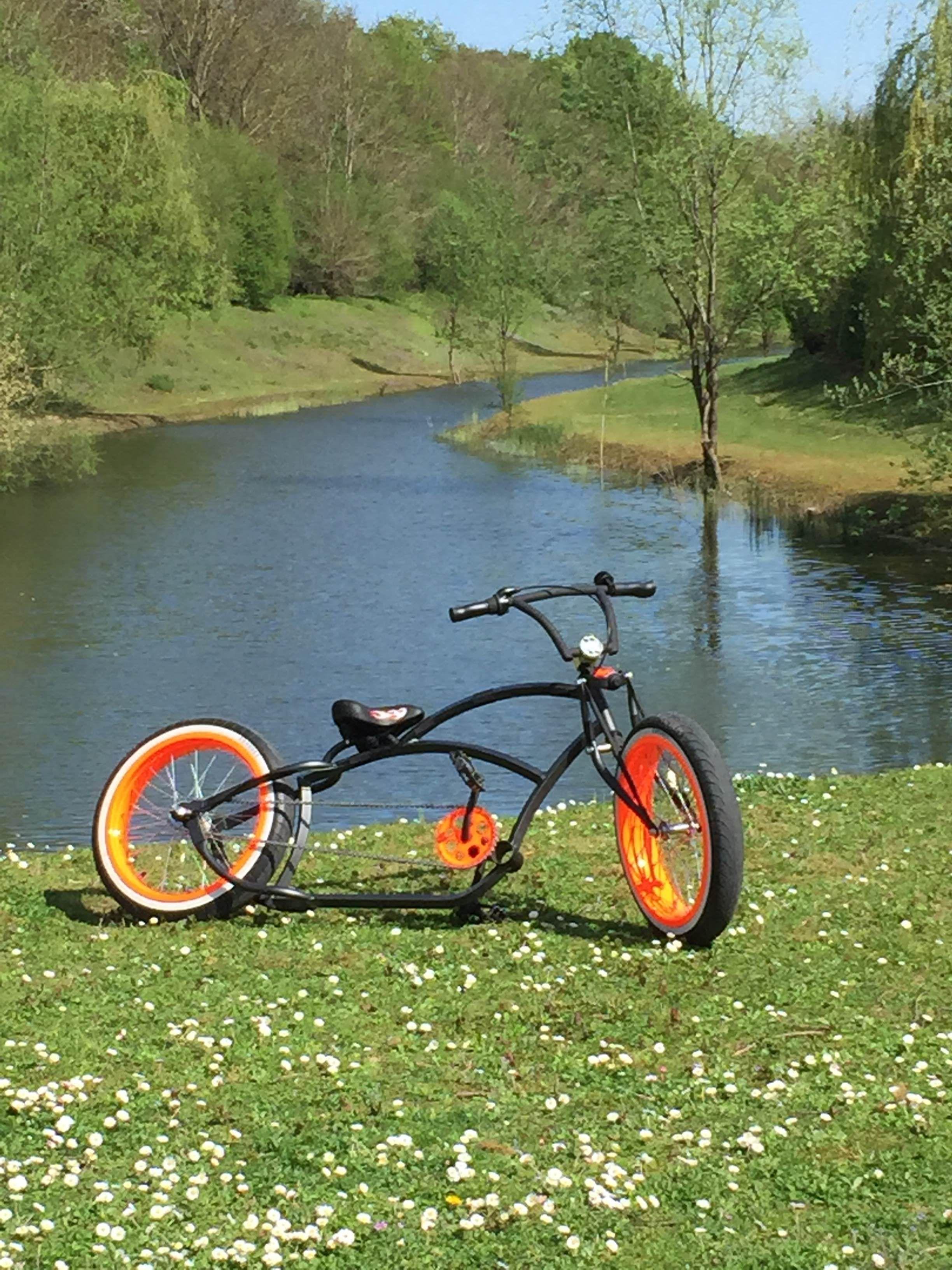 Vélo Custom Avec Cadre Peint En Poudre Noir Mat Et Jantes En Orange