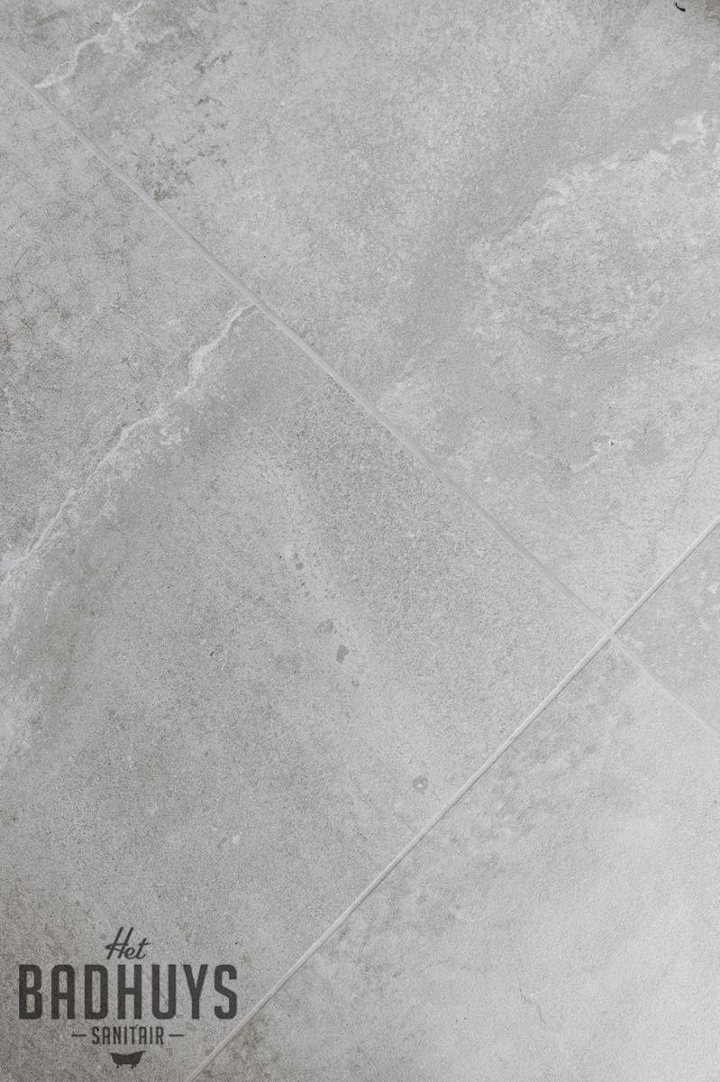 lichtgrijze keramische tegel met wassing het badhuys breda