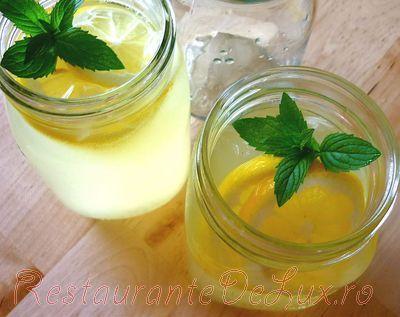 Limonada cu miere si menta din: apa, miere, lamai, menta, gheata.