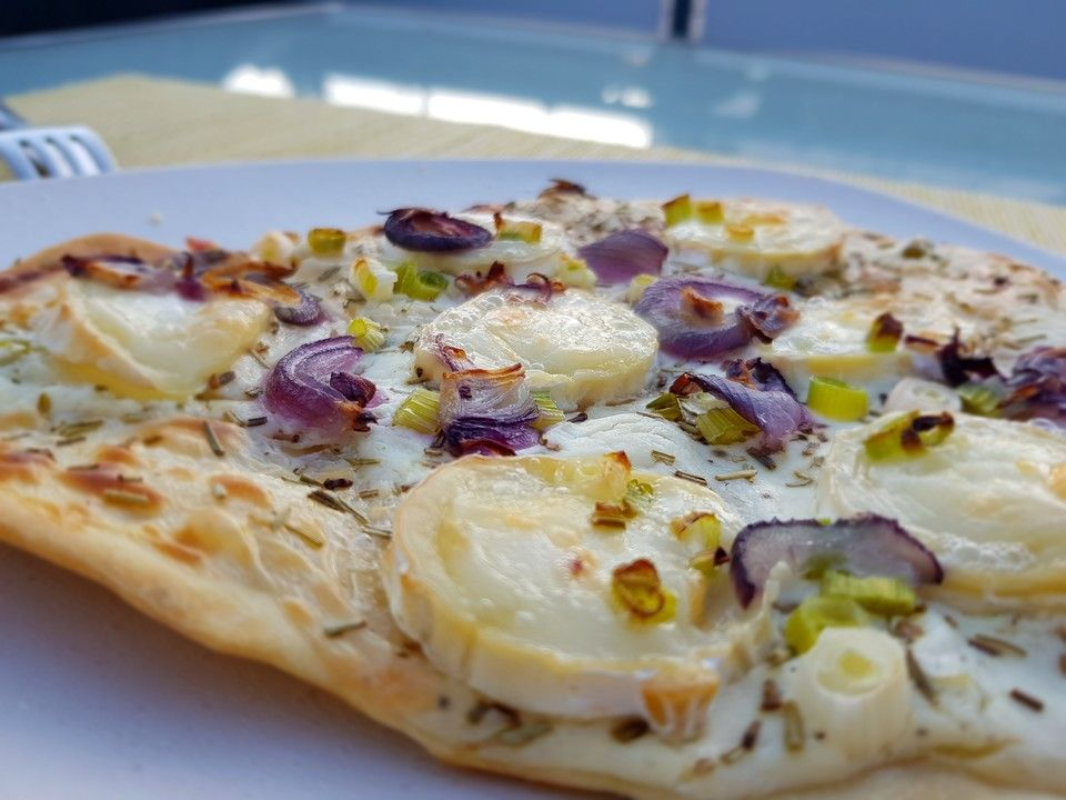 Photo of Tarte flambée with goat cheese, rosemary and honey from karin67 | Chef