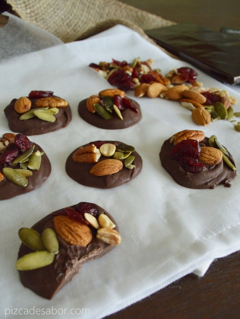 Chocolate con frutos secos y arándanos   http://www.pizcadesabor.com/2013/08/06/botana-de-chocolate-con-frutos-secos-y-arandanos/