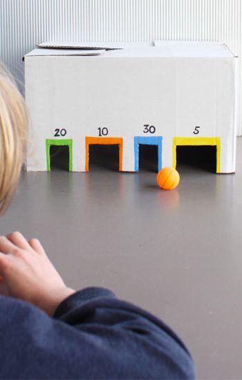 Knikkerstation van kartonnen doos. Om lekker lang mee te spelen! #knutselen…