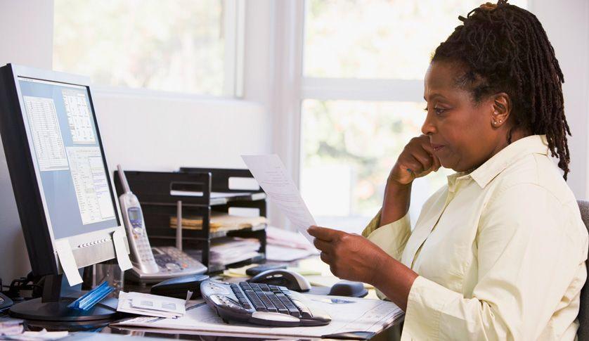 En kommunikatör som läser på datorskärmen vid sitt skrivbord