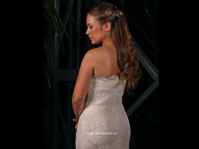 Romina llegó a Viarosa en busca de asesoramiento, aquí se encontró con los vestidos PRONOVIAS, y automáticamente quedó encantada del modelo que luego seleccionó como suyo. Romina lució un vestido en línea sirena, straples, en encaje y pedrerias