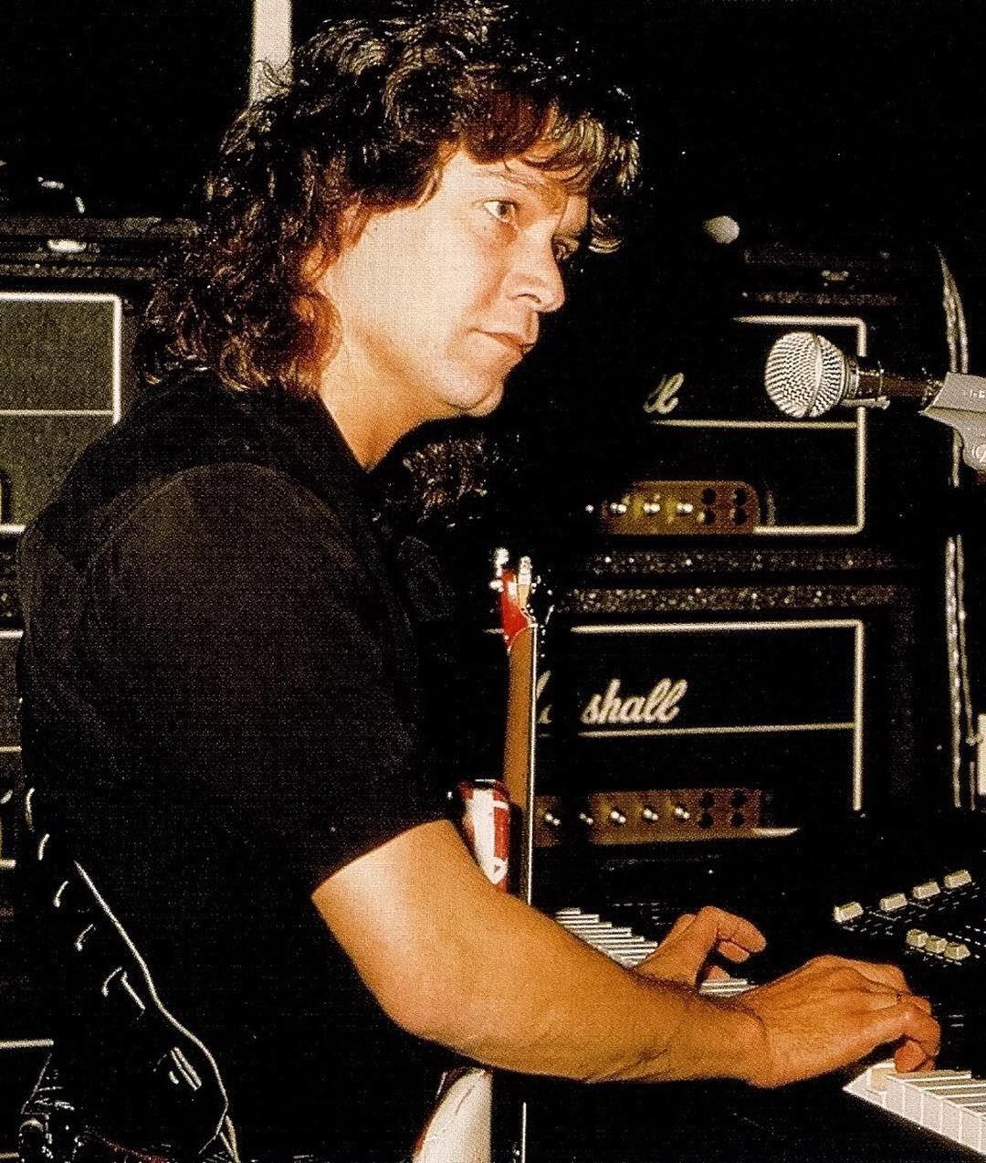 Eddie Van Halen S Channel On Instagram 5 1 5 0 Evh Vanhalen Edwardvanhalen Eddievanhalen Guitarlegend Gu Eddie Van Halen Van Halen Playing Guitar