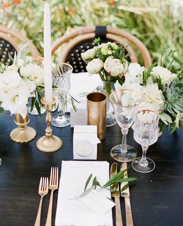 White and gold simplicity with @sterling_social and @kristamasonphotography!! #repost #hiddengardenflowers #floraldesign #wedding #flowers #love
