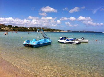 Giochi d'acqua alla spiaggia Ira