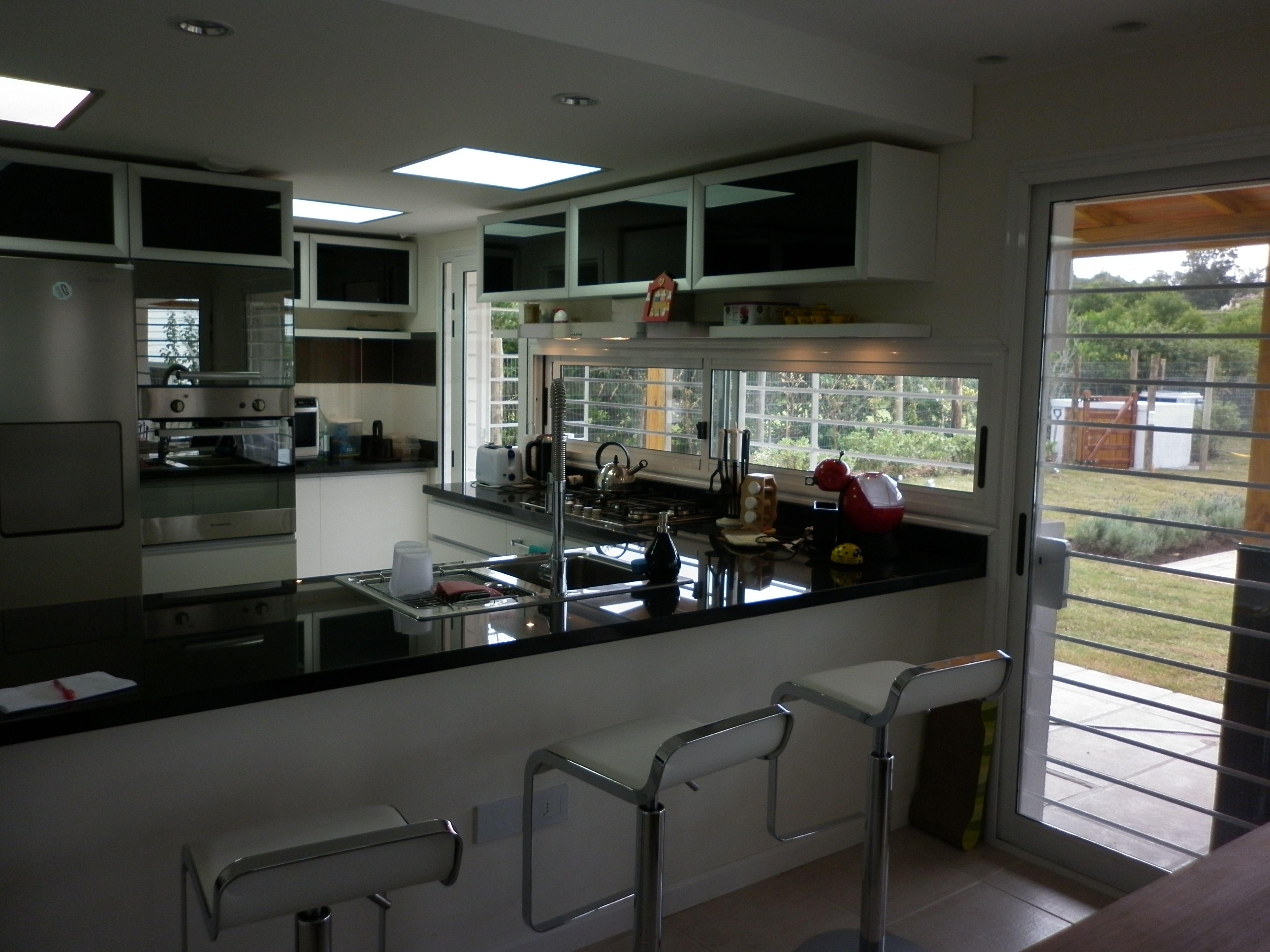 Grupo3 cocina blanca abierta al comedor a reos con - Puertas de aluminio con cristal ...