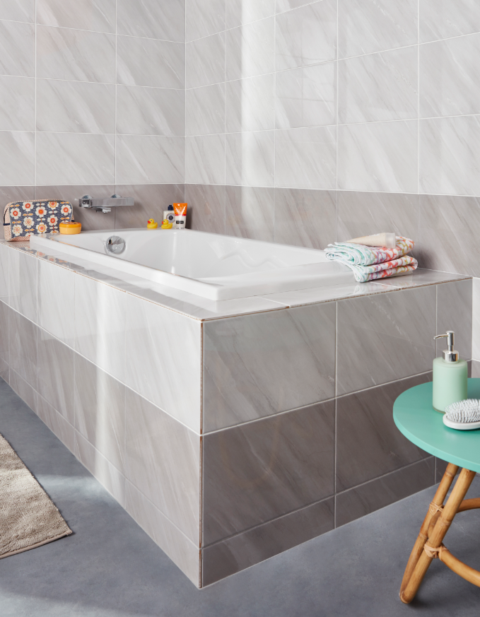 Un Revetement En Faience Dans Les Tons Epures Pour Une Salle De Bains Elegante Castorama Inspiration Decoration Mur Blanc Carrelage Mural Blanc Carrelage