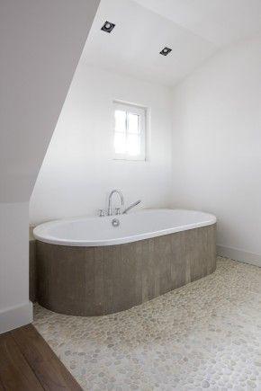witte wanden zonder tegels en kiezels op vloer | Badkamer ...