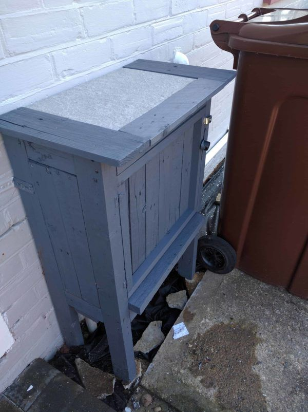 Pallet Gas Meter Coverup is part of Pallet diy, Diy pallet furniture, Pallet furniture, Pallet projects furniture, Pallet, Pallet furniture designs - Here's a brilliant  and simple  idea to cover up those eyesore utility meters  Make yourself a Pallet Gas Meter CoverUp! I built this pallet coverup