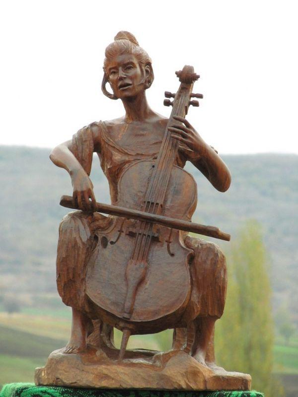 Wood sculptures of females by artist aleksandar tosic