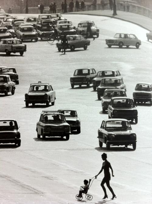 :: Place de la Concorde, Doisneau, Circa 1969 ::