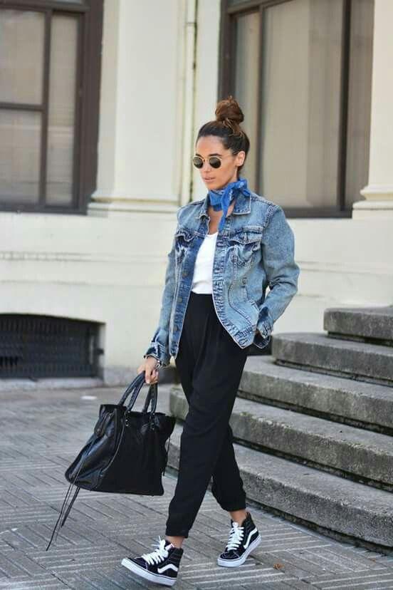 Look despojado com tênis e jaqueta jeans. O detalhe fica com o lenço amarrado no pescoço. Óculos escuros ajudam a compor o visual.