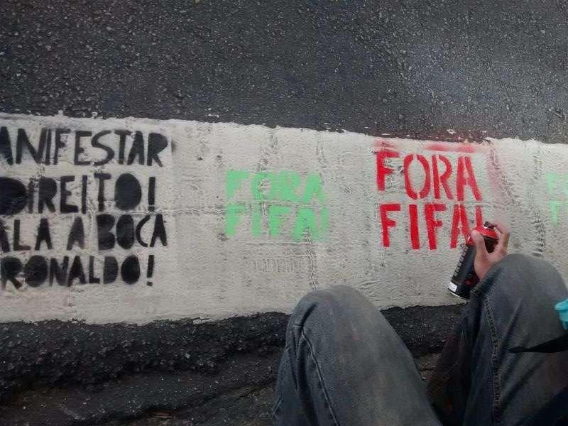 """Cala a boca, Ronaldo"": movimento protesta contra Ronaldo e Copa na sede da 9ine. http://esportes.terra.com.br/futebol/copa-2014/videos/cala-a-boca-ronaldo-movimento-protesta-contra-idolo-veja,7474563.html"
