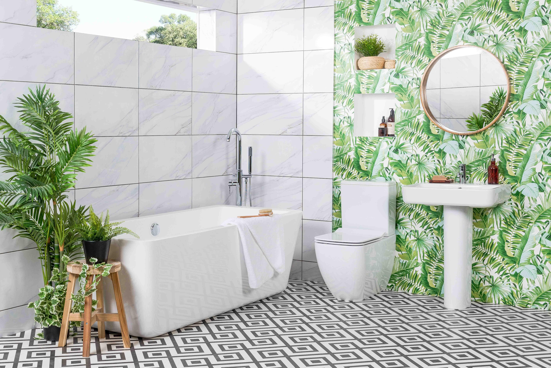 In Diesem Tageslichtbad Kann Man Mit Led Stripes Am Spiegel Fur Zusatzliches Licht Sorgen Badezimmer Beleuchtu Weisse Badezimmer Lampen Wohnzimmer Tapezieren